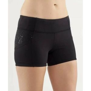 Lululemon 6 Shorty Short Black Fitted Dots